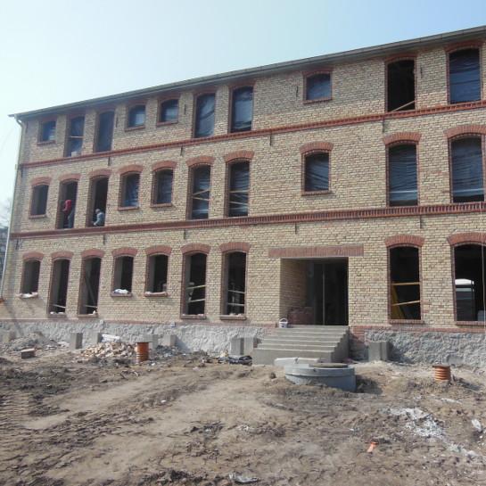 Przebudowa i rozbudowa budynku gospodarczo-magazynowego na budynek mieszkalny wielorodzinny w Trzciance. Widok od strony rzeki.