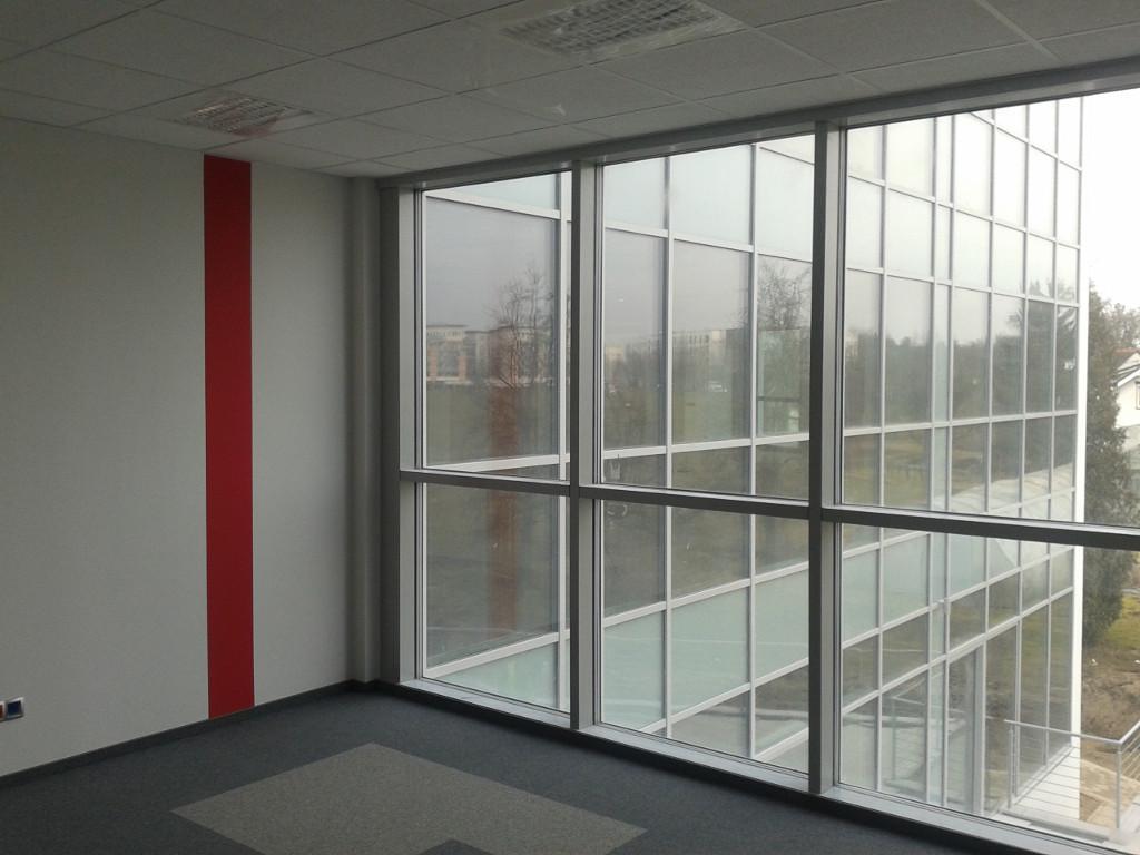 Budynek biurowy - widok na elewację od wewnątrz biura