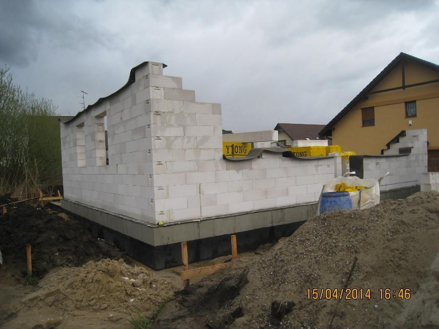 Dom jednorodzinny z poddaszem w Kamionkach. Wznoszenie ścian z bloczków gazobetonowych Ytong.