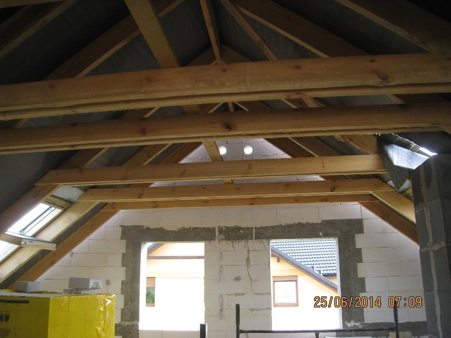 Dom jednorodzinny w Kamionkach. Widok konstrukcji więźby dachowej na poddaszu.