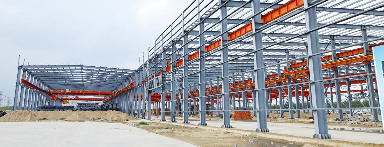 Zdjęcie konstrukcji stalowej budynku.