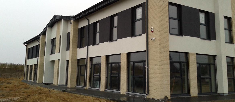 Budynek usługowy dwukondygnacyjny o konstrukcji żelbetowej płytowo-słupowej.