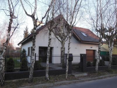 Dom w otoczeniu drzew - parterowy z poddaszem użytkowym